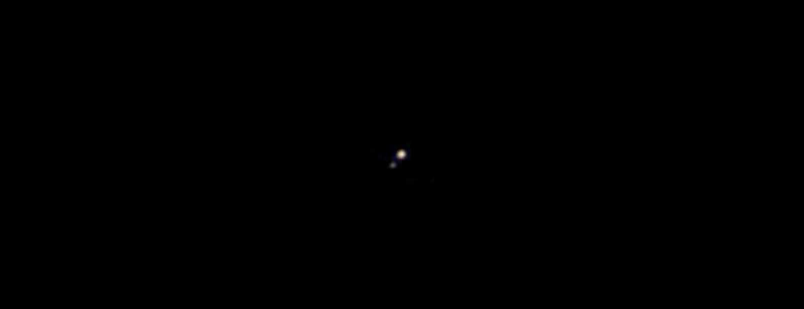 Primera imagen en color de Plutón de uno de sus cinco satélites, Caronte.