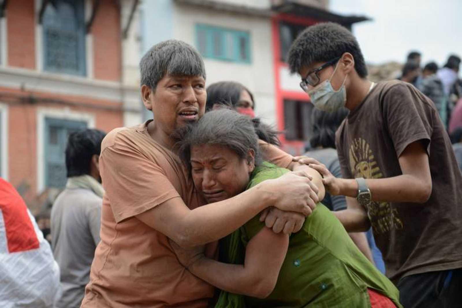 Un hombre sostiene a una mujer en la Plaza Durbar de Katmandú, Nepal.