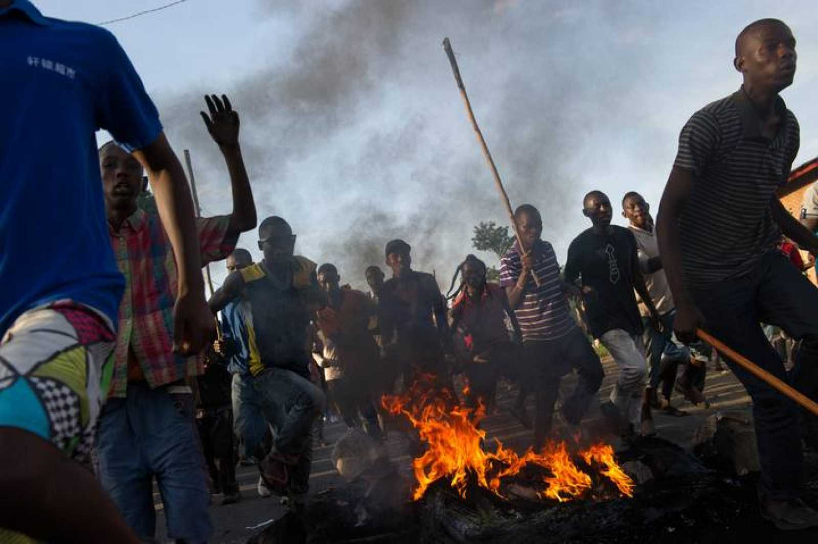Manifestantes cruzan las líneas policiales en Bujumbura, Burundi