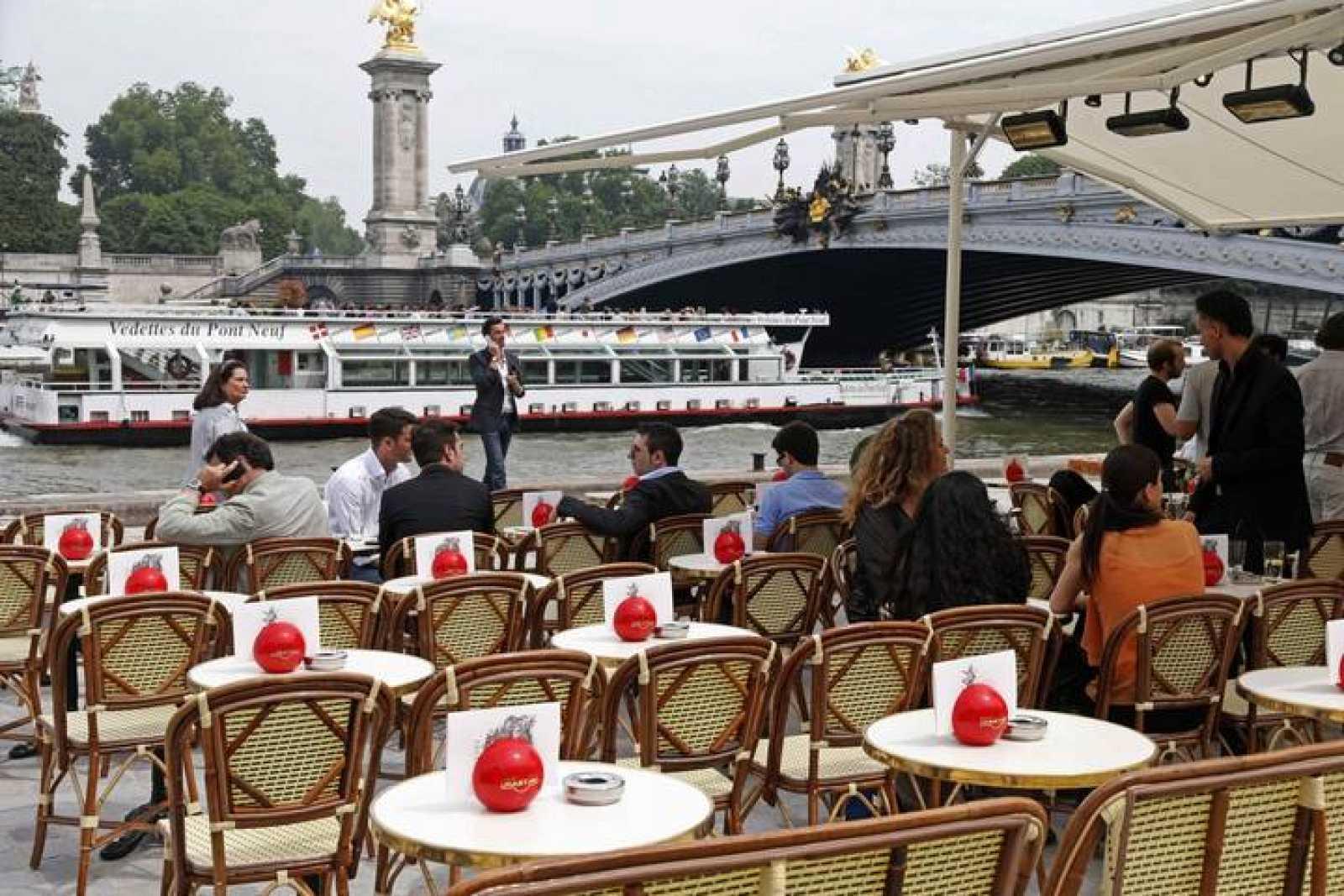 Terraza de un café a la orilla del Sena, en París