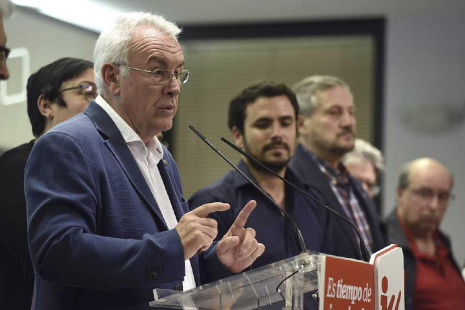 Cayo Lara, coordinador federal de Izquierda Unida, valora los resultados de las elecciones en presencia de Alberto Garzón, candidato de IU a la presidencia del Gobierno.