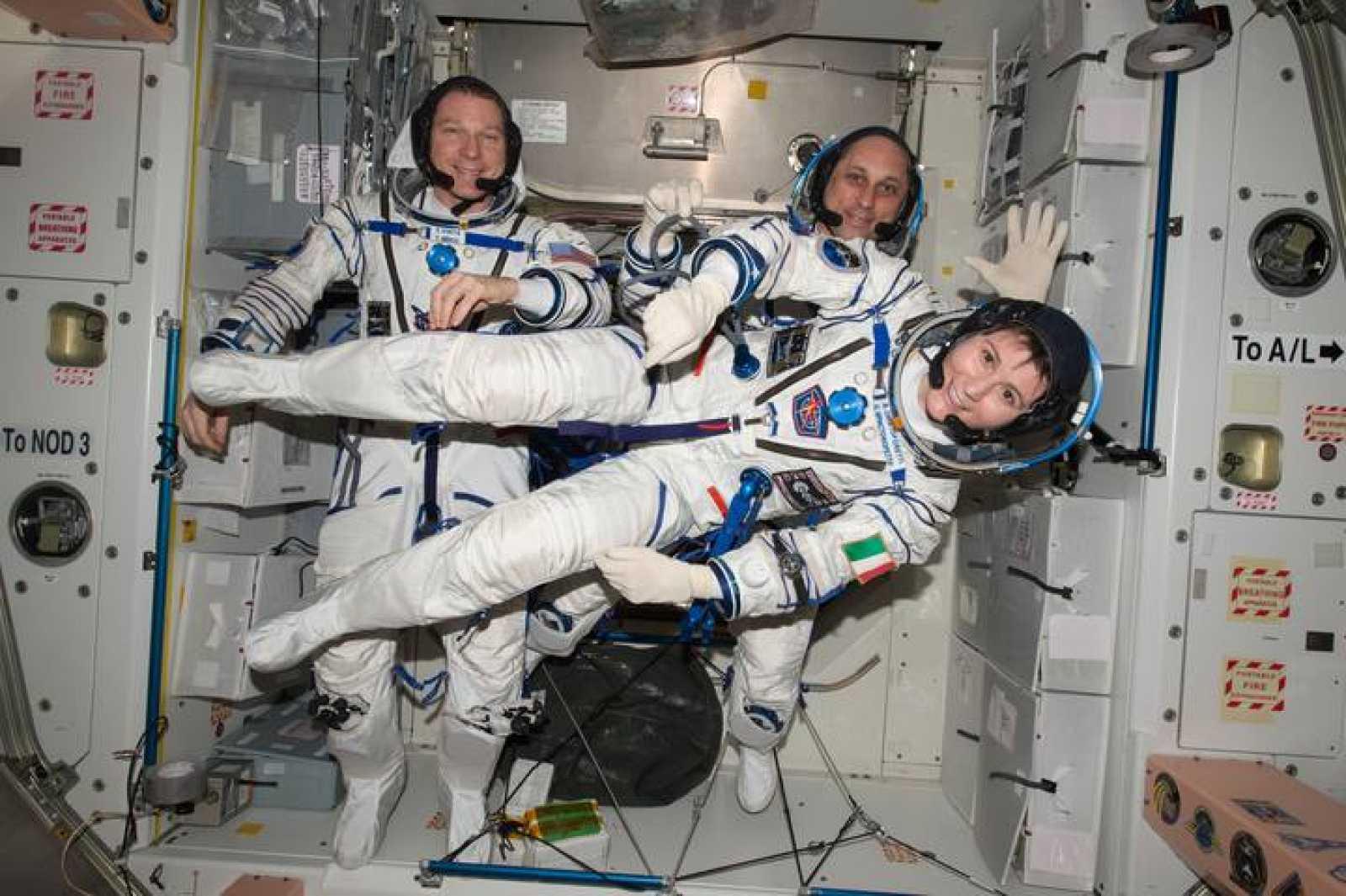 Los astronautas Samantha, Terry y Anton en la Estación Espacial Internacional.