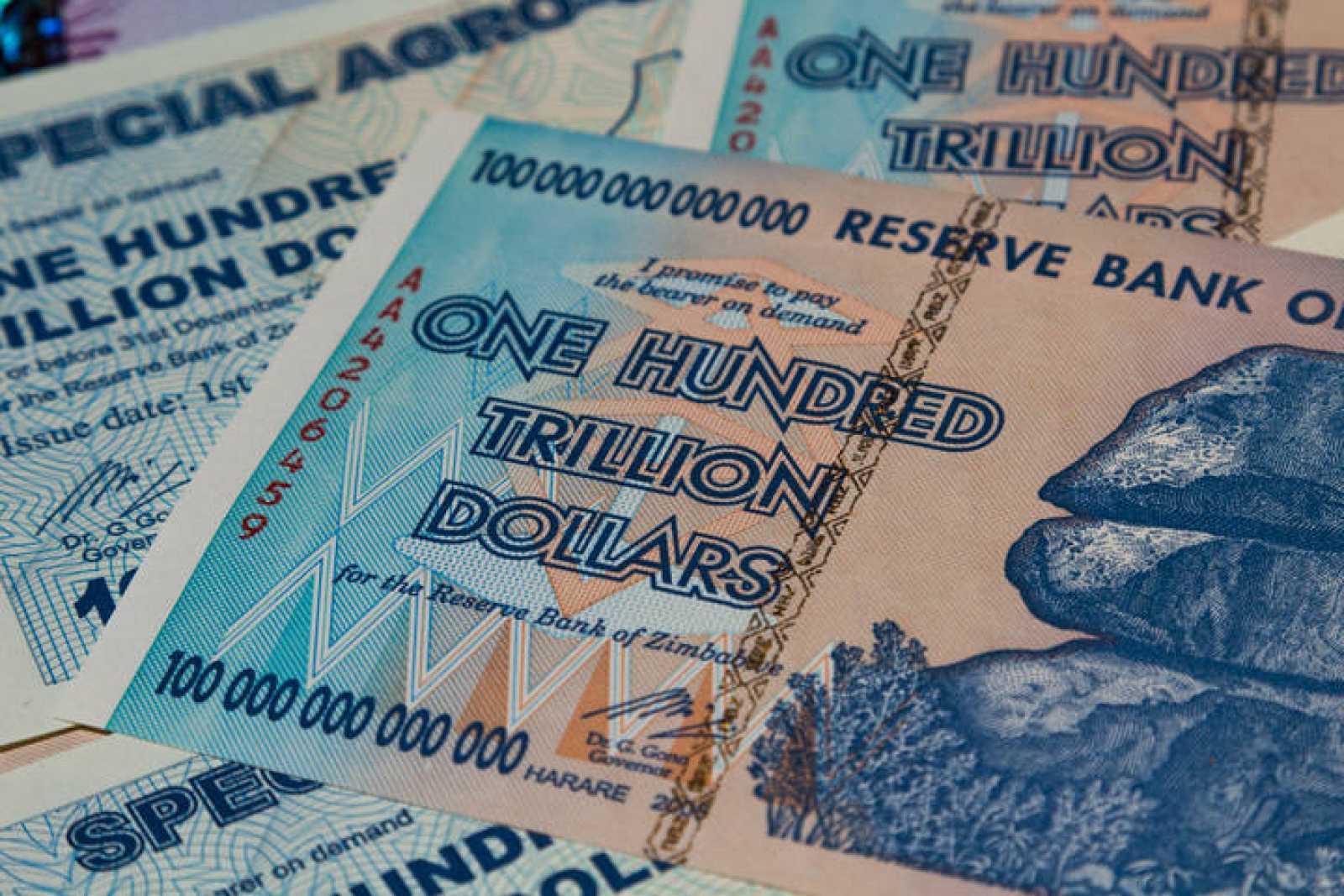 Billetes de cien billones de dólares zimbabuenses