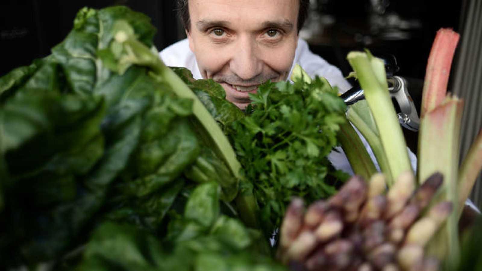 El chef François Pasteau posa con unas verduras en su restaurante parisino