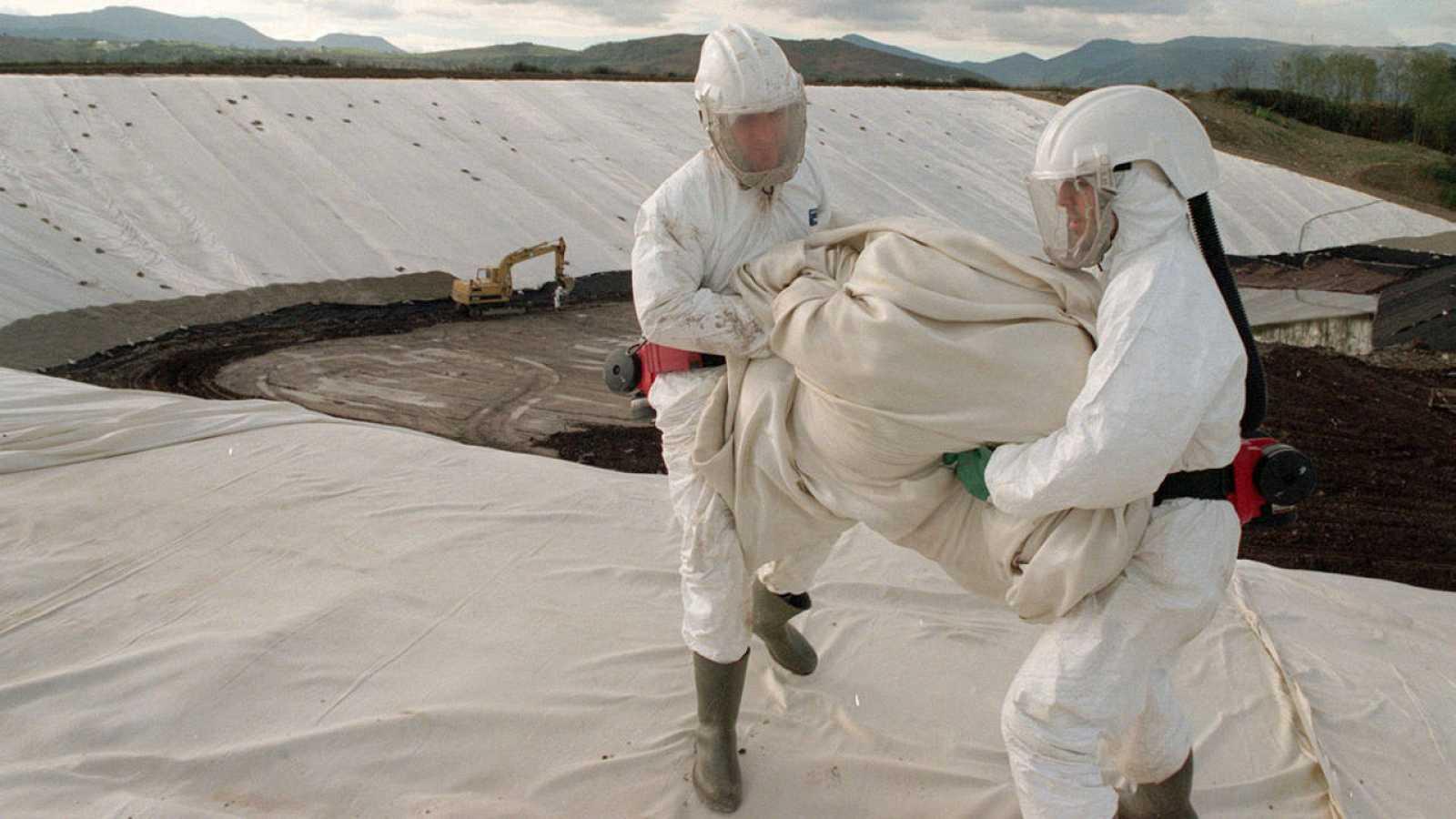 Técnicos construyendo una celda de seguridad para almacenar tierra contaminada con lindano en las obras del aeropuerto de Bilbao en 1997.