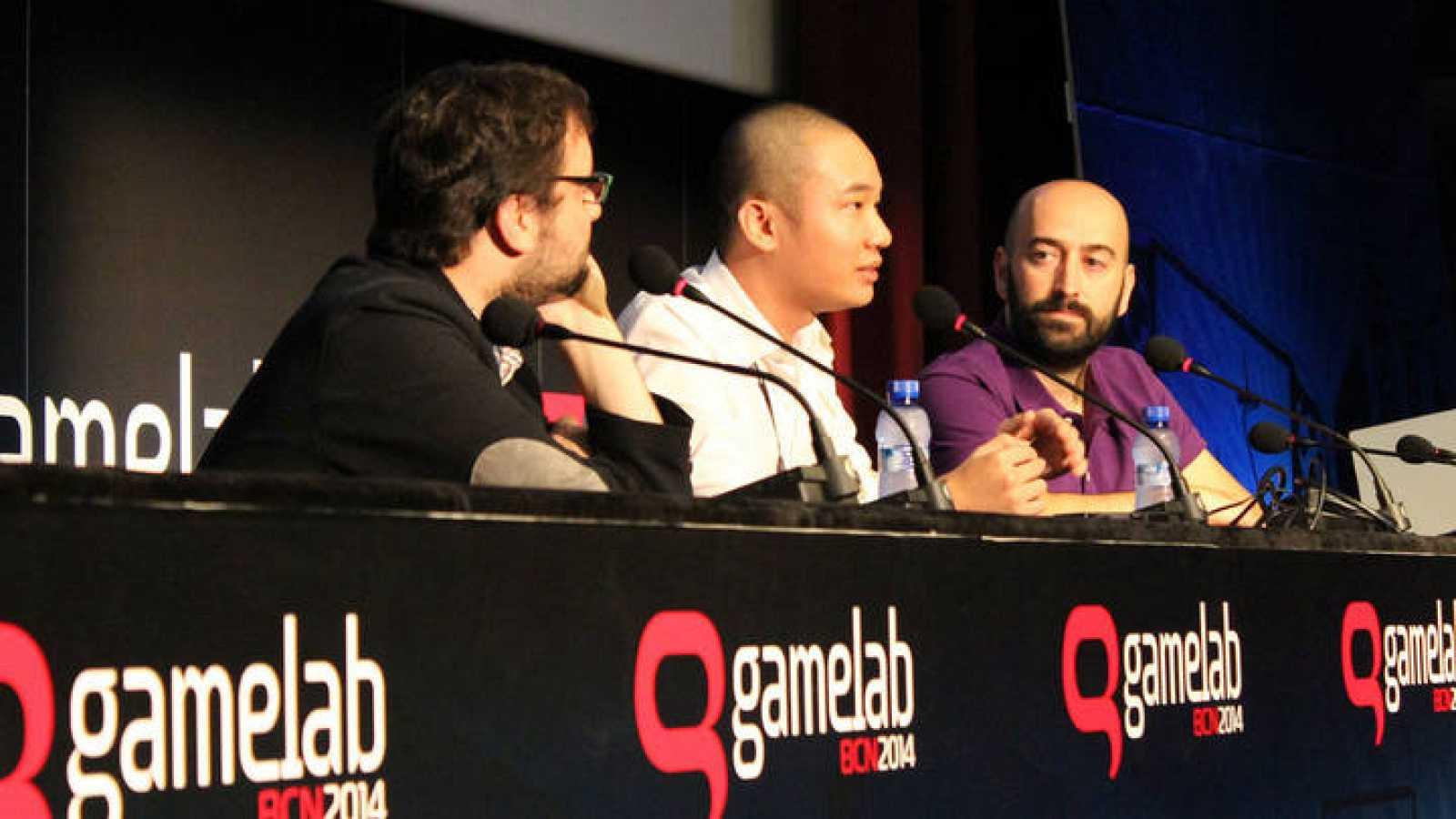 El creador de videojuegos independientes, Dong Nguyen, con Iván Lobo, director de Gamelab en 2014.