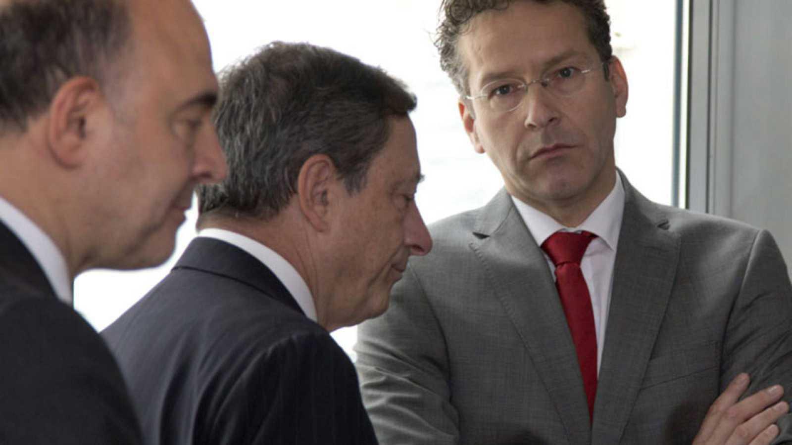 El presidente del Banco Central Europeo, Mario Draghi, conversa con el presidente del Eurogrupo, Jeroen Dijsselbloem, antes del comienzo de una reunión sobre Grecia.