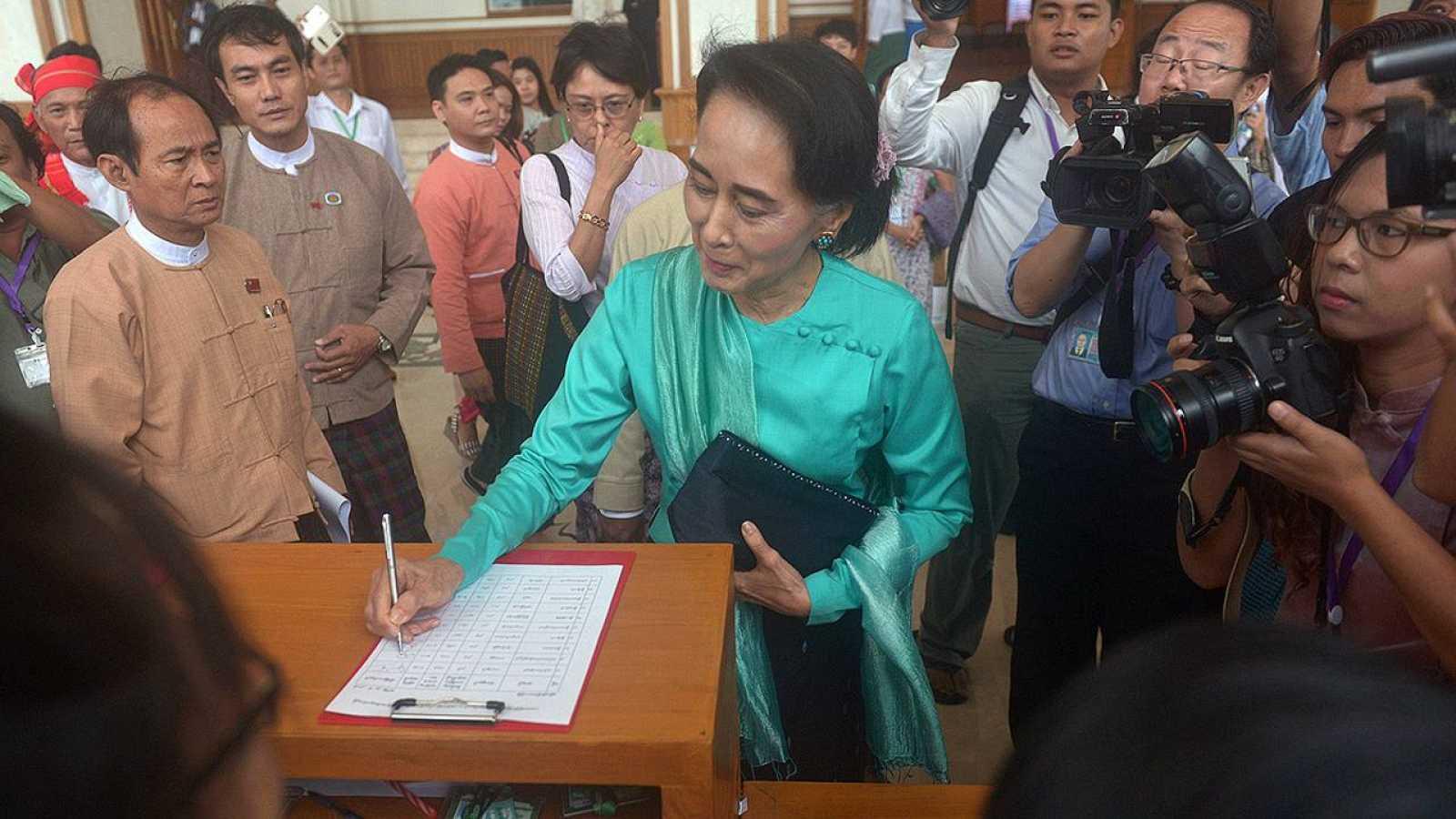 La líder opositora birmana Aung San Suu Kyi antes de entrar a la reunión del Parlamento que debatía la reforma para permitirle optar a la presidencia