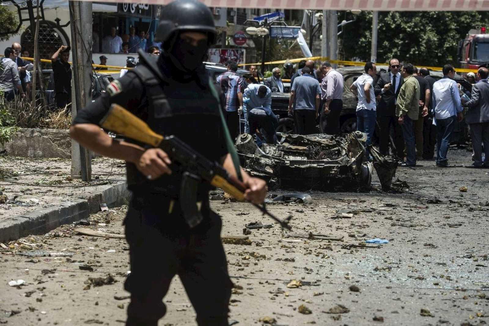 Un miembro de las fuerzas de seguridad egipcios protege el escenario del atentado contra el fiscal general egipcio. AFP PHOTO / KHALED DESOUKI