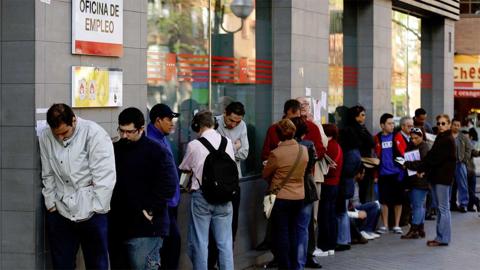 Cola de personas que esperaba  para entrar en una oficina pública de empleo en Madrid