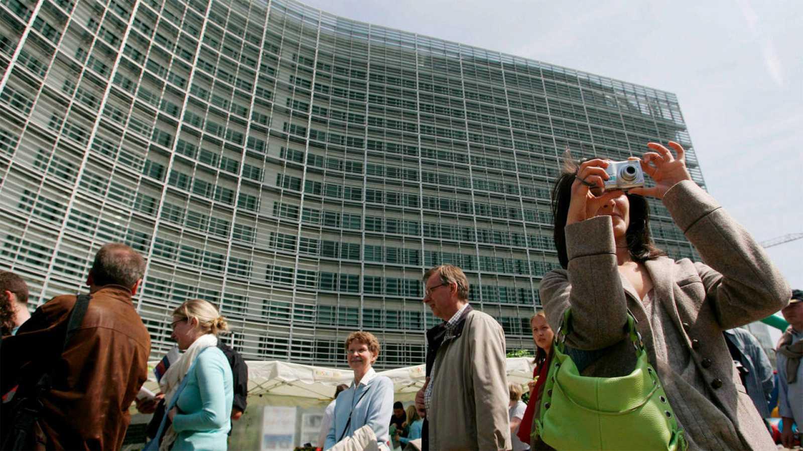 Una mujer saca una foto frente al edificio Berlaymont, en la sede de la UE en Bruselas.