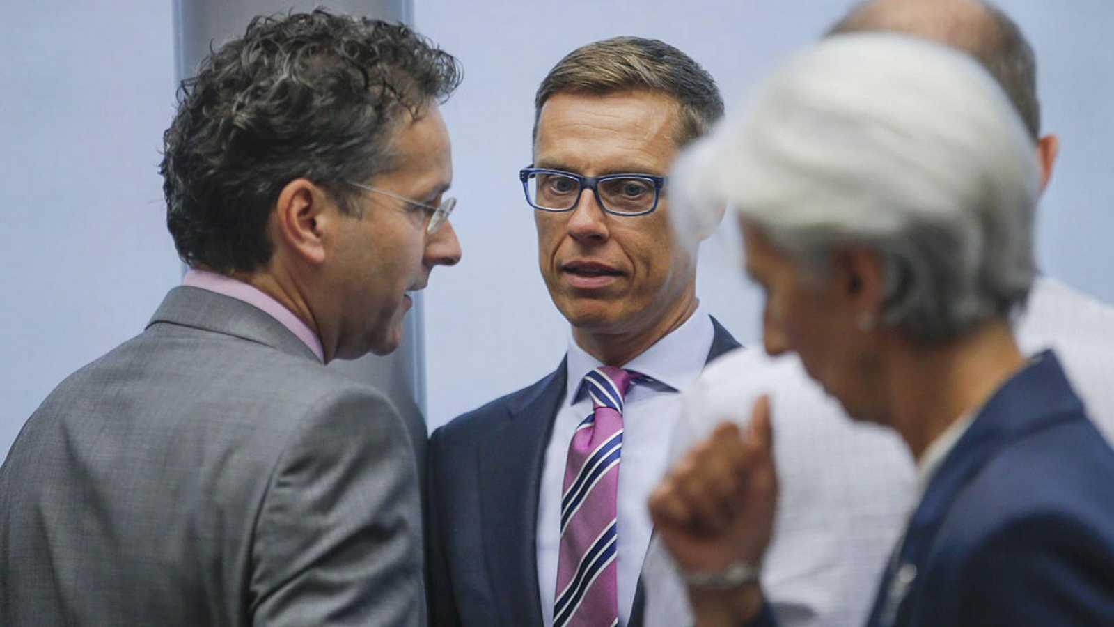 Jeroen Dijsselbloem (i) el finlandés Alexander Stubb (C) y Christine Lagarde en el Eurogrupo