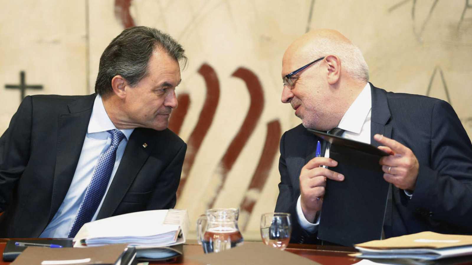 El presidente de la Generalitat, Artur Mas, conversa con el secretario del gobierno catalán, Jordi Baiget, durante la reunión semanal del ejecutivo catalán.