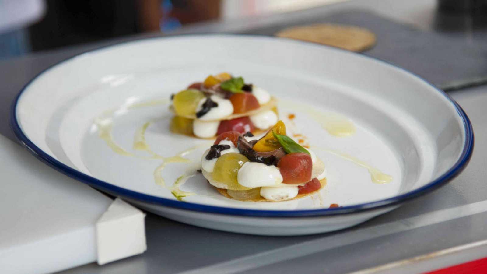 Milhojas de anchoas en salazón con una espuma de queso pasiego, mermelada de tomate y un puré de albahaca