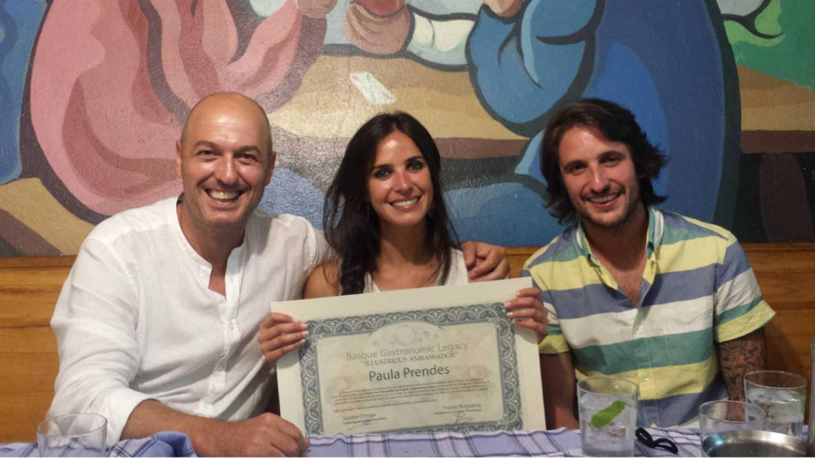 Paula Prendes, presentadora de 'Cocineros al Volante' junto al jurado del programa Íñigo Pérez 'Urrechu' y Álex Alcántara
