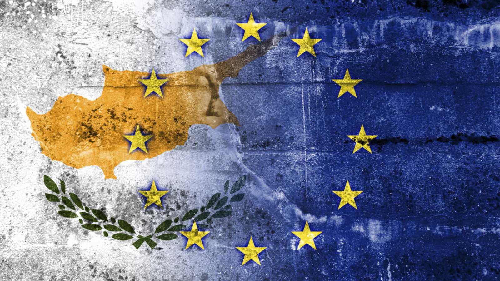 Montaje del mapa de Chipre con la bandera de la UE
