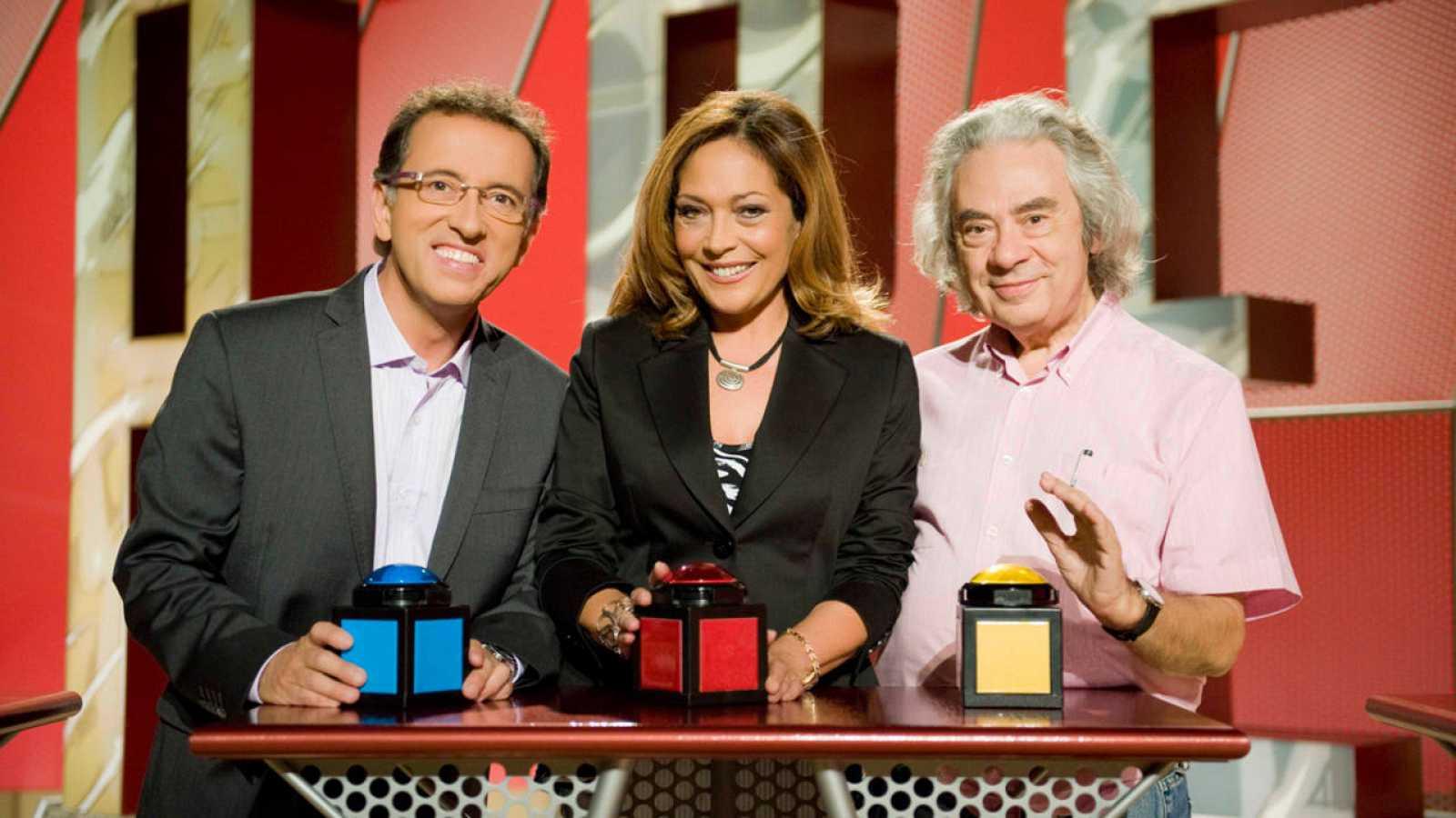 Sergi Schaaff junto a los presentadores Jordi Hurtado y Pilar Vázquez.