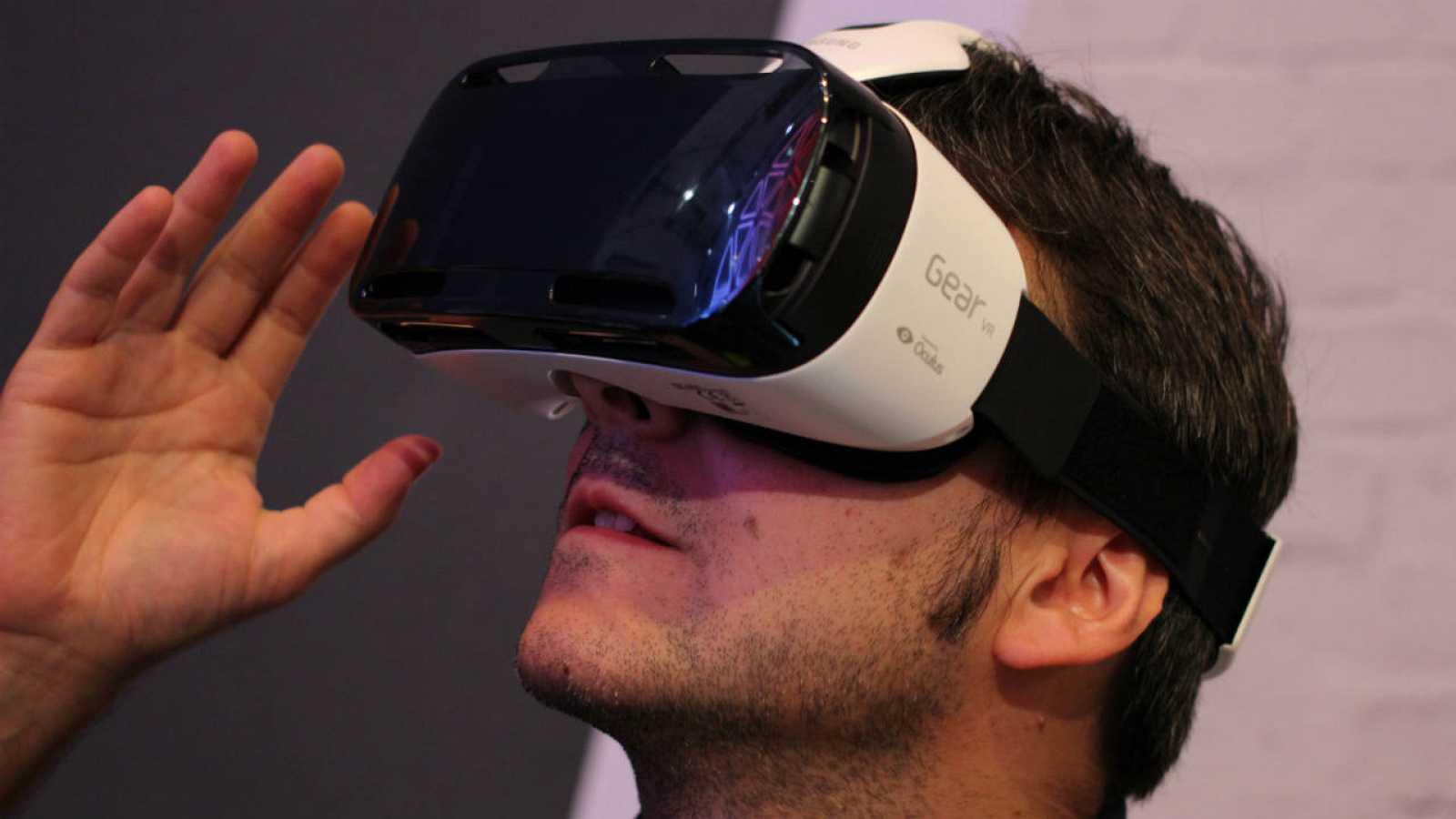 Un usuario probando el visor Samsung Gear VR