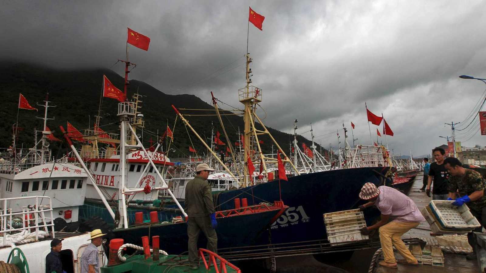Los pescadores organizan sus cestas en la provincia de Wenzhou mientras se preparan ante la llegada del tifón Soudelor