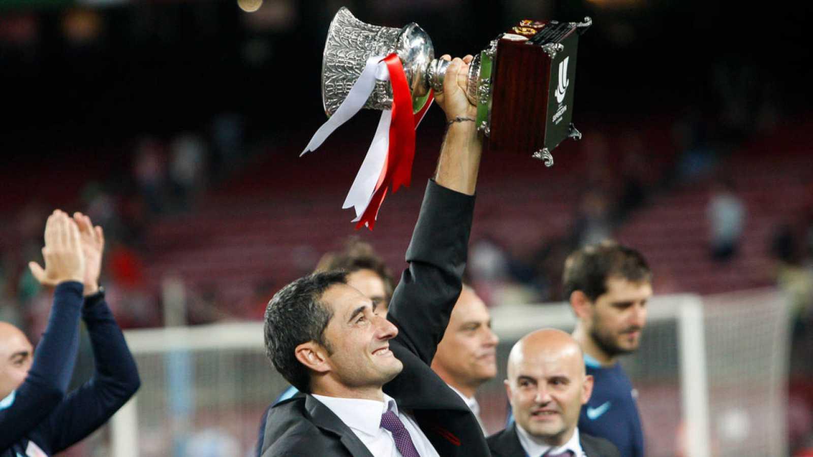 El entrenador del Athletic Club, Ernesto Valverde, levanta la Supercopa de España.