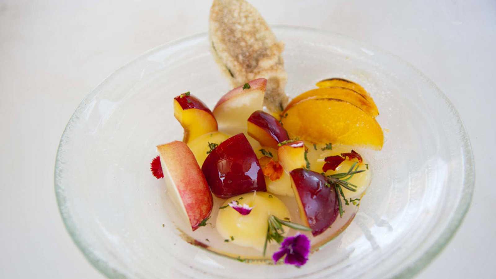 Ensalada de frutas de hueso de Cieza, crema de limón y paparajotes