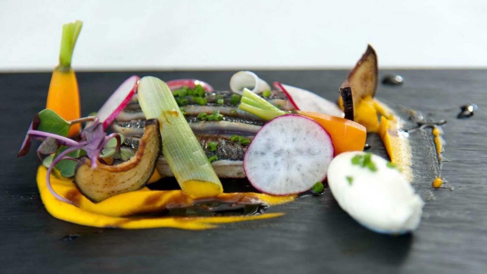 Escabeche de sardinas, berenjenas a la miel y puré de zanahoria