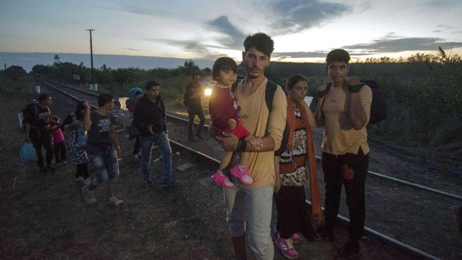 Migrantes cruzan la frontera entre Macedonia y Hungría
