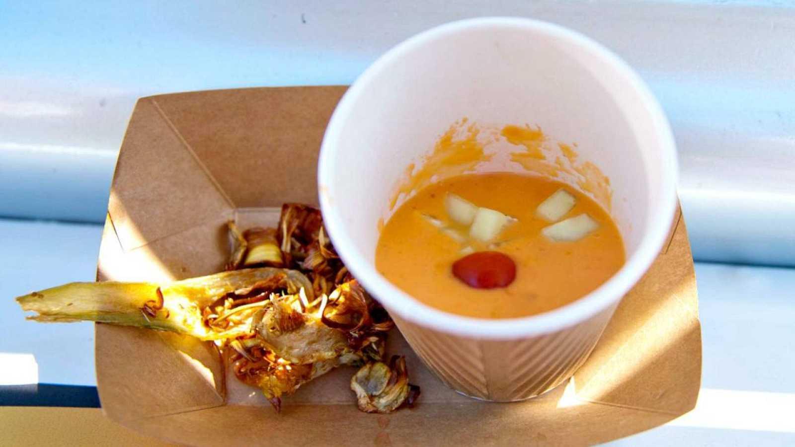Gazpacho con guarnición y alcachofas fritas