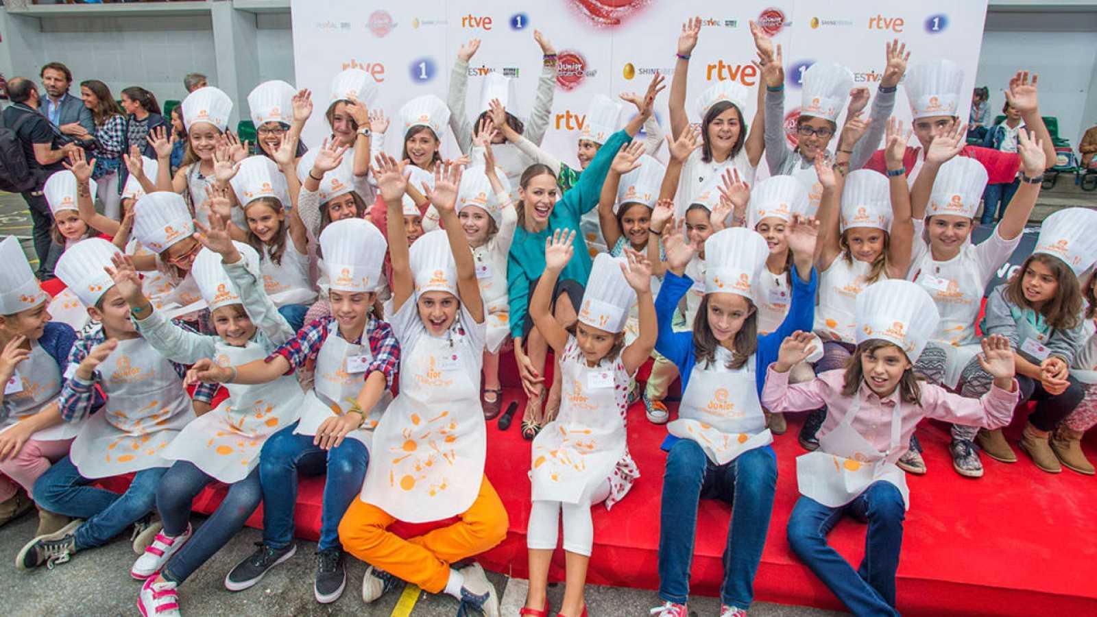 Eva juega con los niños asistentes a la chocolatada en el FesTVal de Vitoria.