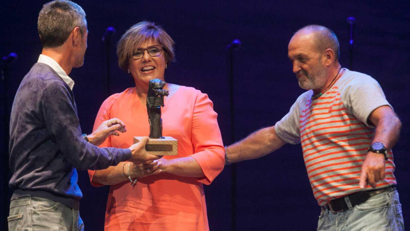María Escario recoge su premio en la gala de clausura del FesTVal de Vitoria