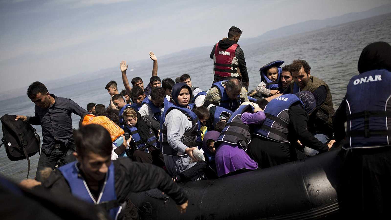 Un grupo de refugiados afganos llegan a la isla griega de Lesbos.