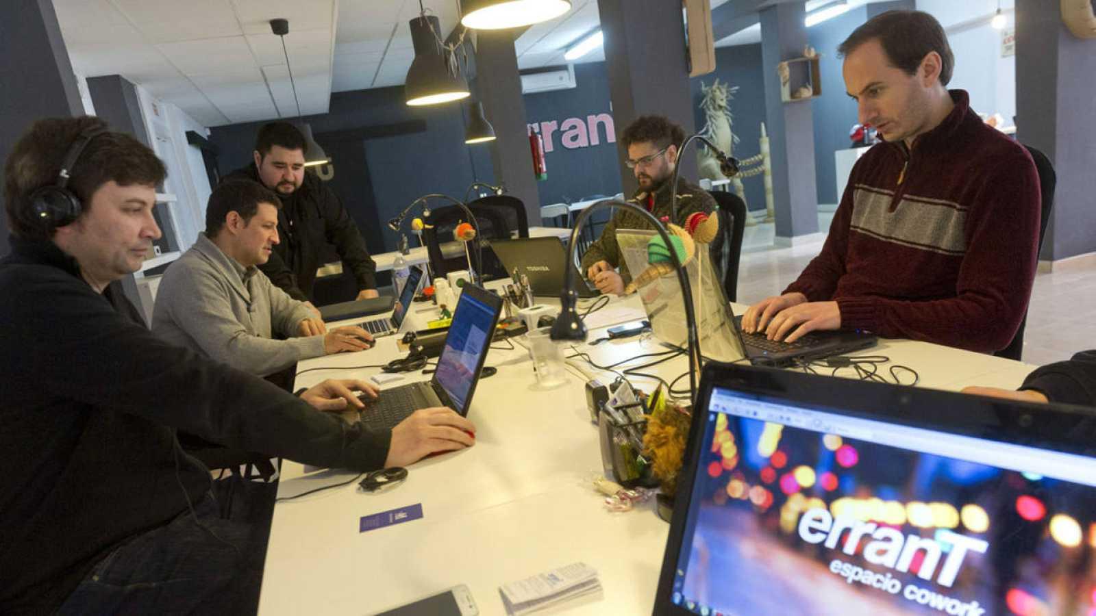 Varios autónomos trabajan en un espacio de coworking en Granada