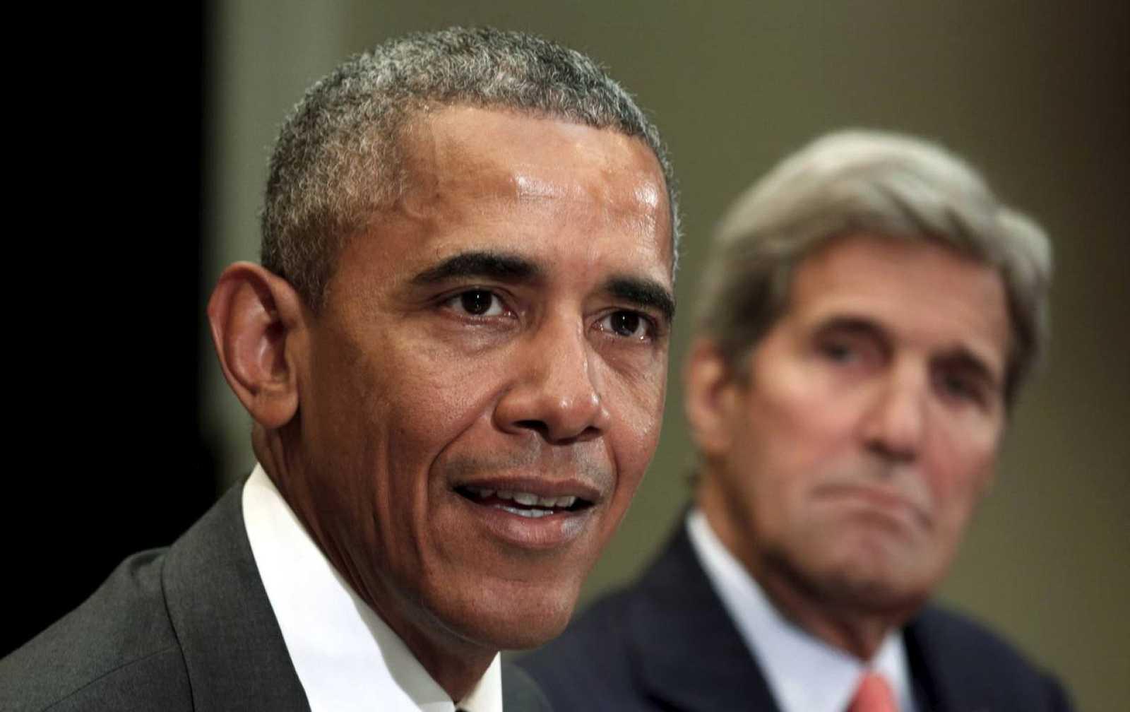 Barack Obama, observado de cerca por su secretario de Estado, durante una reunión en Washington este jueves.