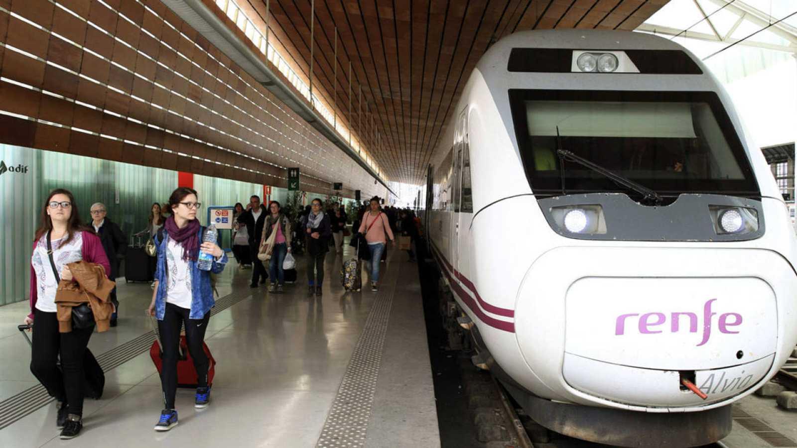 Viajeros procedentes de Barcelona a su llegada a la estación de Bilbao