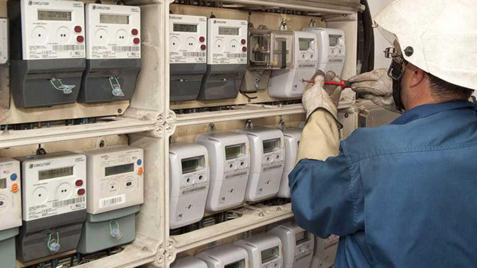 Un técnico instala los nuevos contadores inteligentes para medir el consumo de electricidad