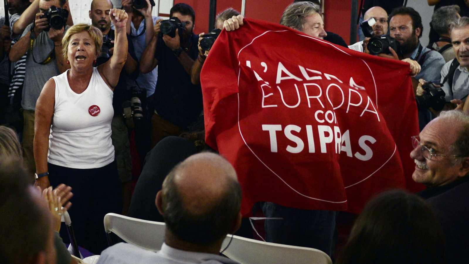 Seguidores de Syriza y de la formación italiana L'Altra Europa celebran el resultado en las elecciones de este 20 de septiembre