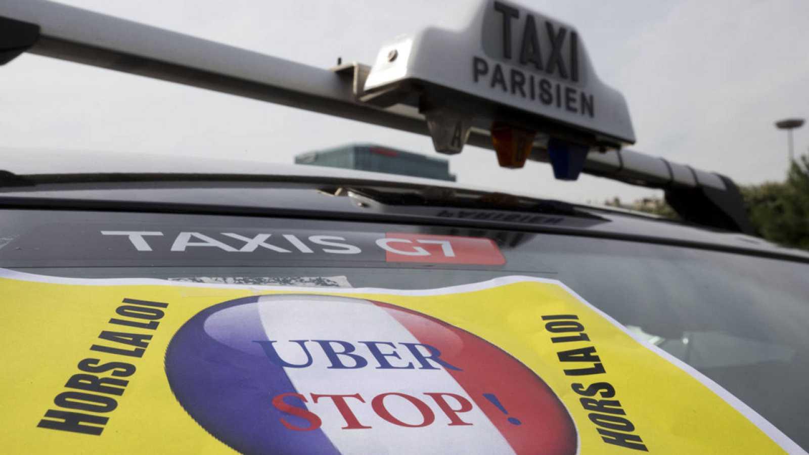 Un taxi de París porta una pancarta en contra de Uber