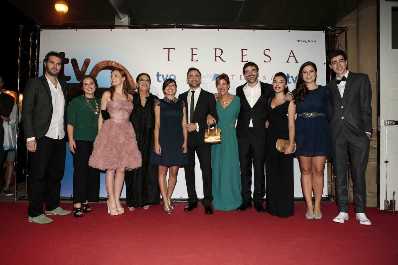 El reparto de 'Teresa', anoche en el Festival de San Sebastián / FOTOS MONTSE G. CASTILLO Y GARI GARAIALDE