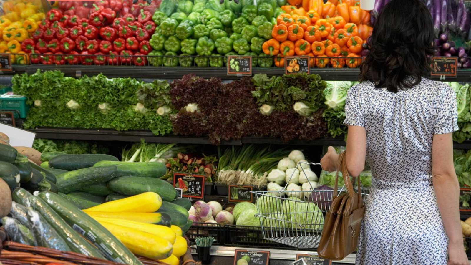 Una mujer compra fruta en un supermercado