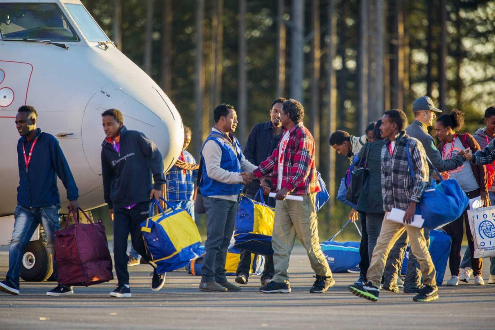 Los primeros refugiados trasladados en la UE llegan a Suecia