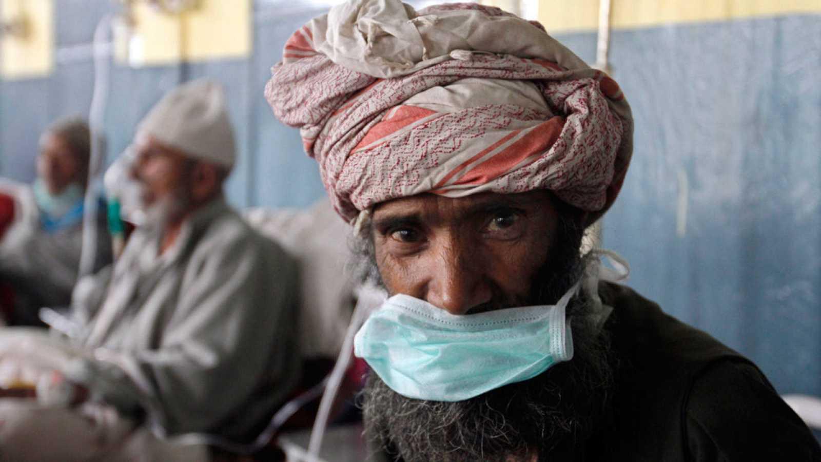 Un paciente enfermo de tuberculosis recibe tratamiento médico en un hospital de Srinagar, India.