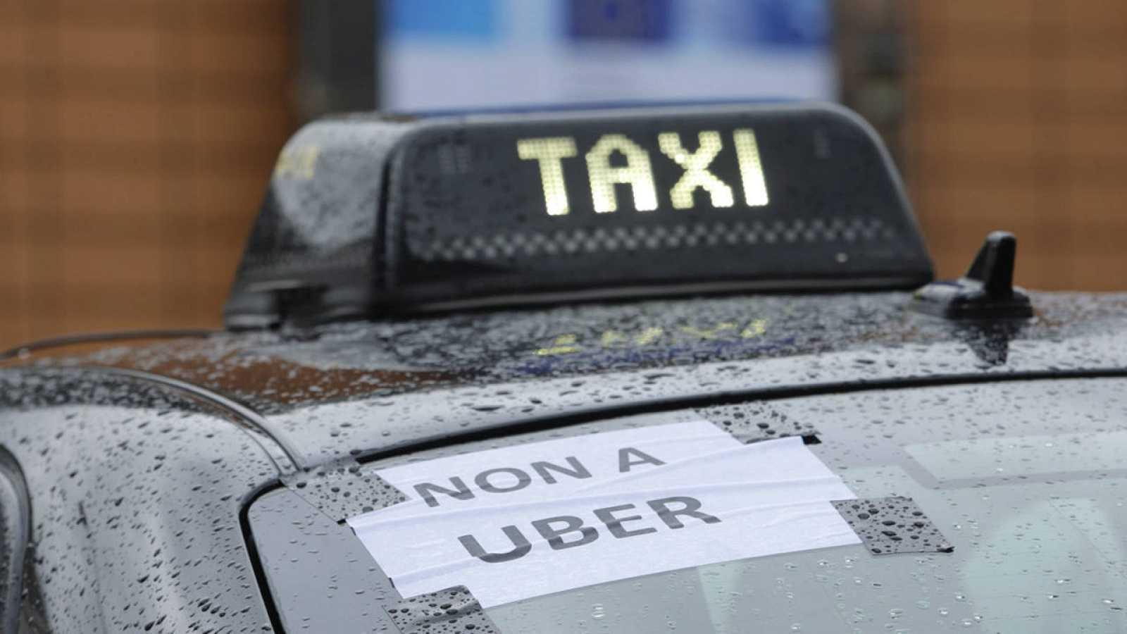Un cartel en contra de Uber en un taxi de Bruselas