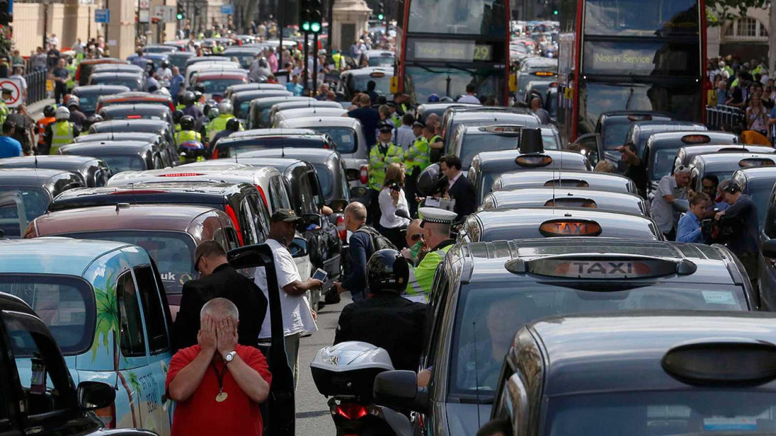 Varios taxistas protestan en Londres contra Uber