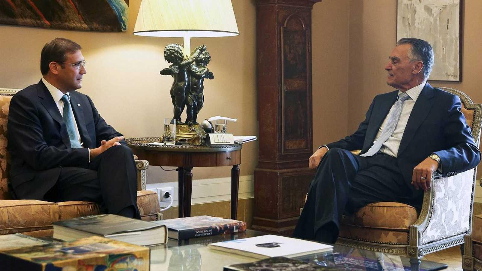 El presidente portugués Cavaco Silva se reune con el primer ministro en funciones Passos Coelho