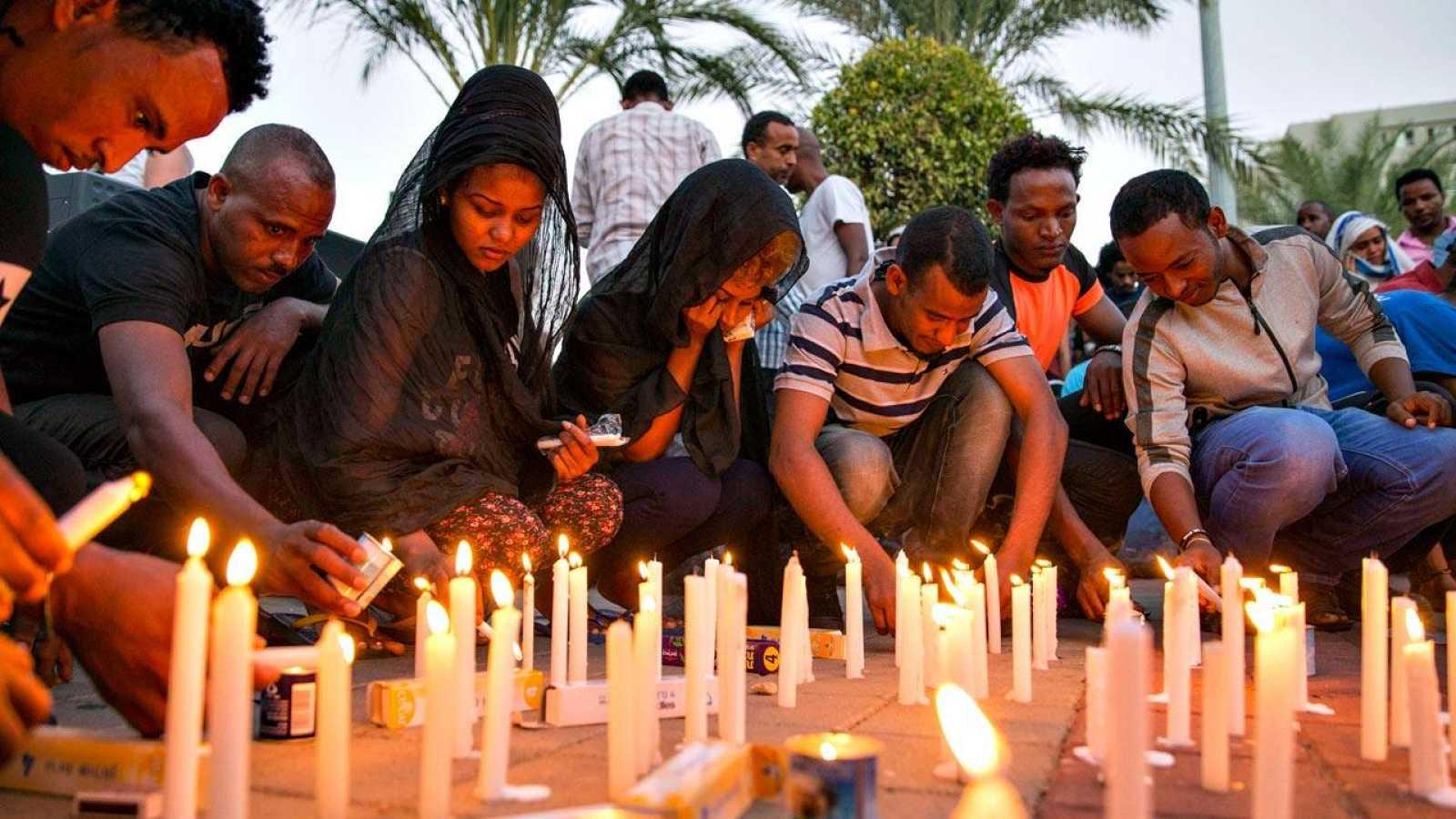 Un grupo de eritreos enciende velas en Tel Aviv durante una ceremonia en recuerdo de Habtom Zarhum