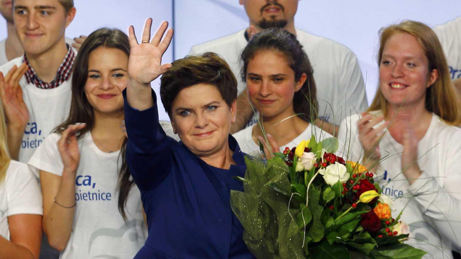 La candidata del partido de la oposición polaca, Ley y Justicia, Beata Szydlo, celebra el éxito electoral