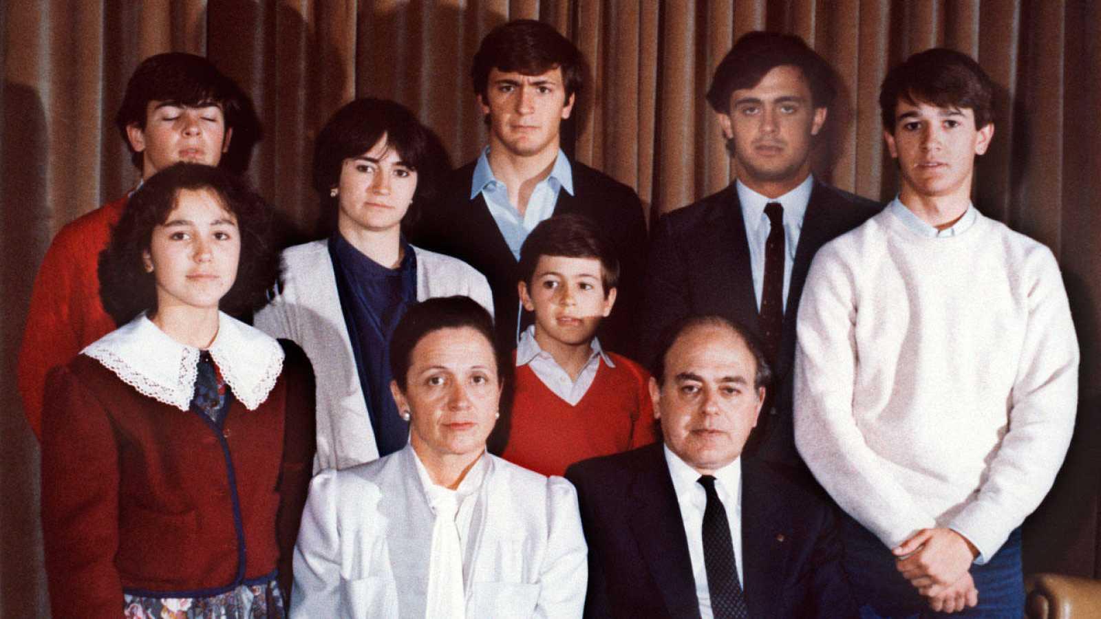 El matrimonio Pujol con Mireia, a la derecha de su madre; Oriol detrás, Marta; Josep, con camisa azul; Jordi, Pere y Oleguer.