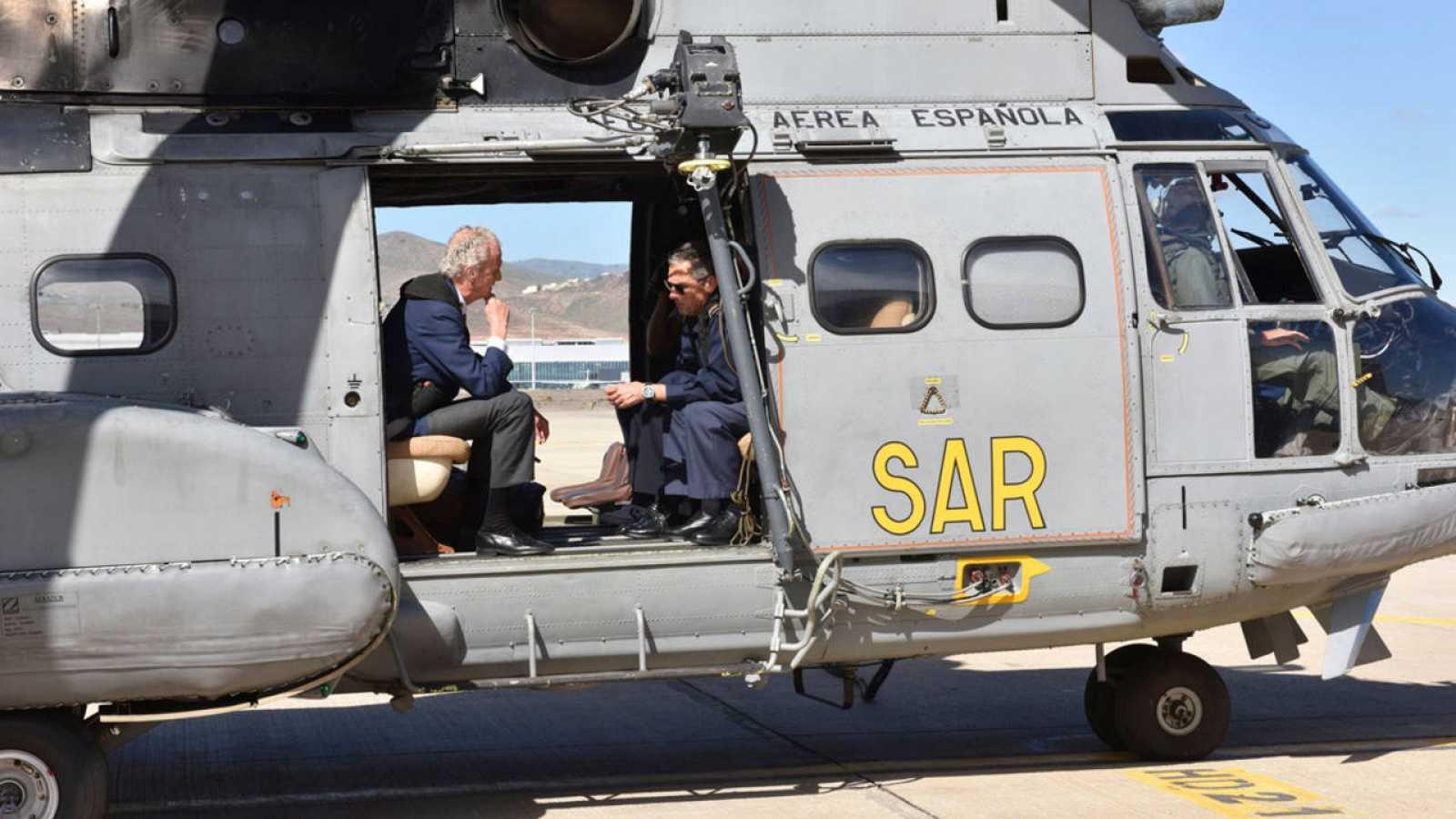 El ministro de Defensa, Pedro Morenés, en Las Palmas de Gran Canarias, dentro de un helicóptero Superpuma que participa en las tareas de búsqueda de los militares desaparecidos.