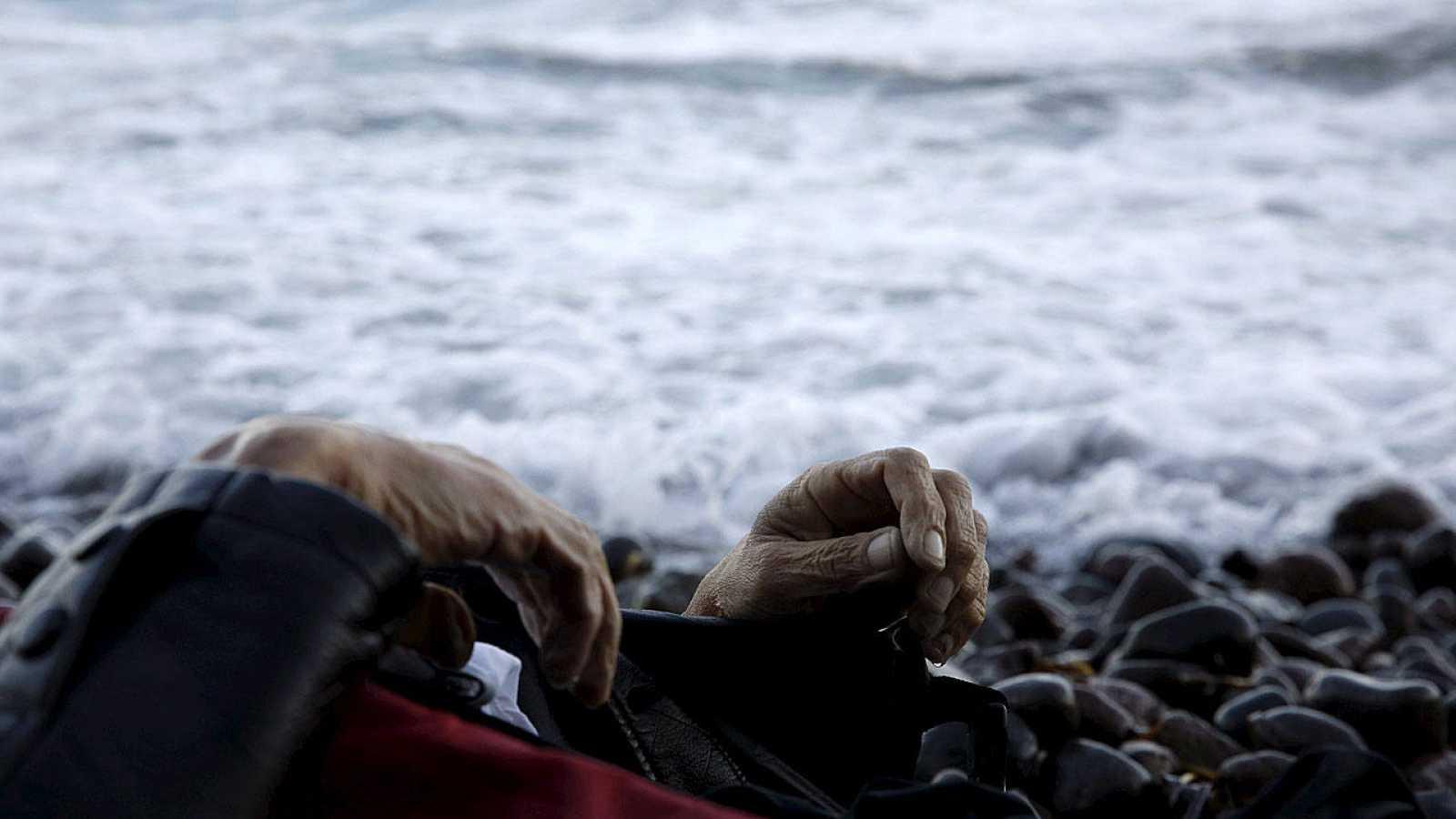 Las manos de un hombre ahogado este domingo cuando intenta llegar a la isla de Lesbos.