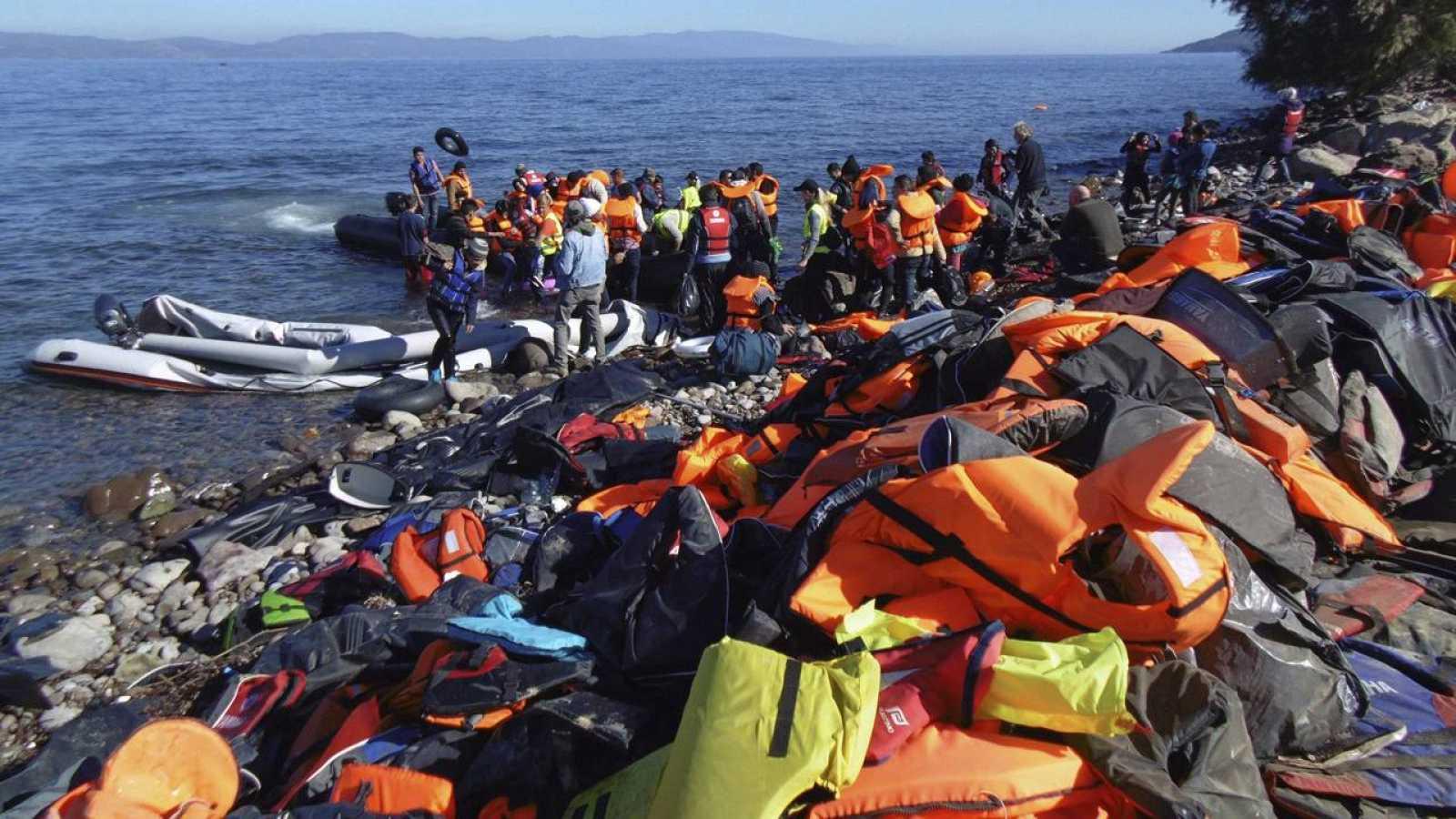 Vista de la llegada de refugiados en pateras a las costas de la isla de Lesbos